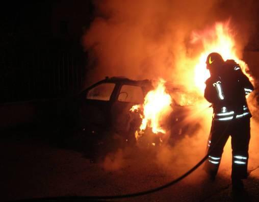 incendio-auto-sera.jpg
