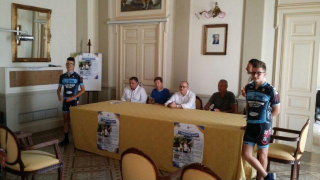 Un-momento-della-conferenza-con-due-dei-giovani-ciclisti-locali-che-parteciperanno-alla-gara.jpg