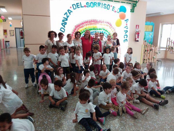 Lassessora-Cinzia-Caroli-in-rosso-al-centro-assieme-a-bambini-ed-insegnanti.jpg